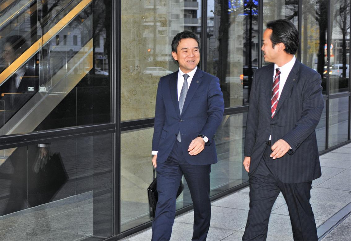 Uターン入行した肥後銀行の村上功時氏(左)
