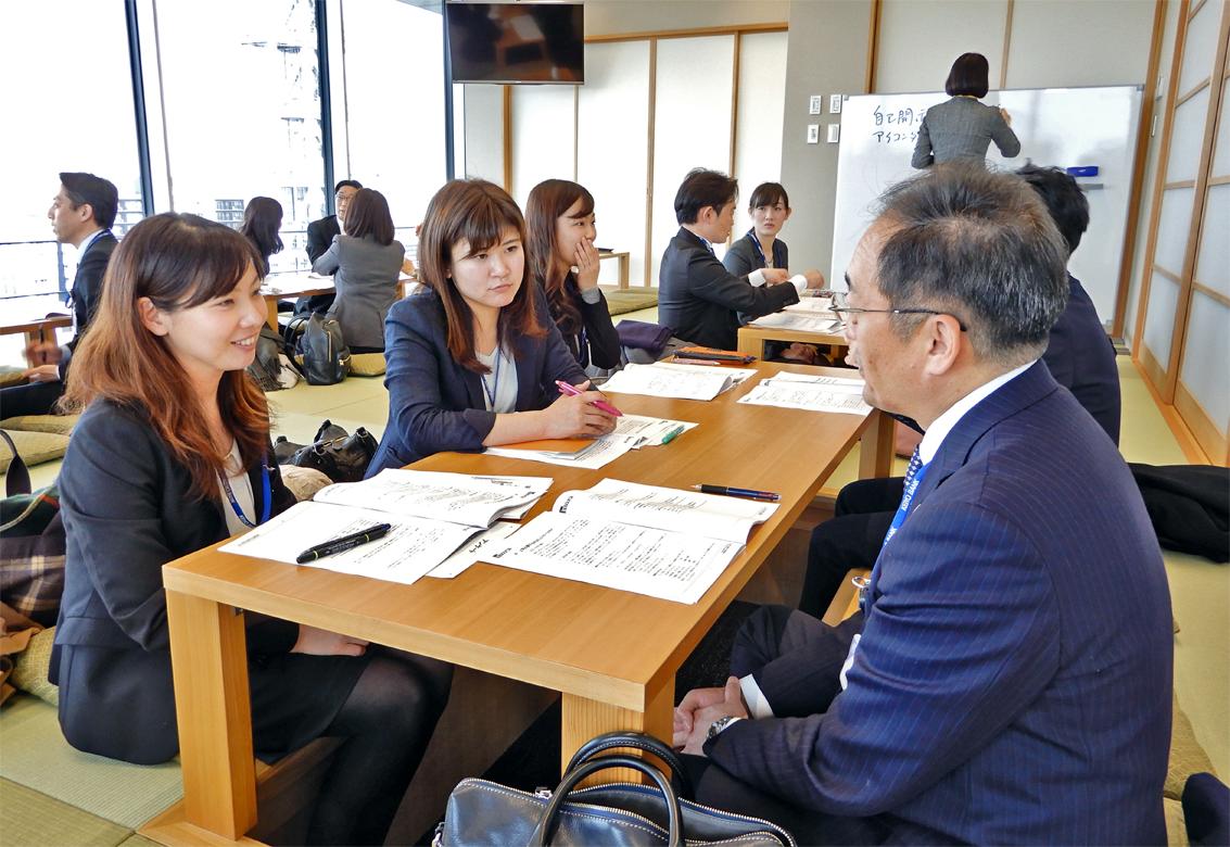 京葉銀行では女性行員のリーダシップ研修に上司も参加して研修内容を共有する(2月14日、千葉みなと本部)