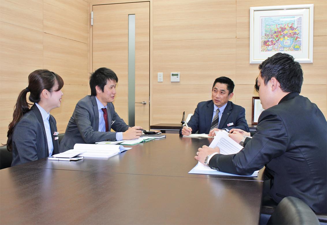 業種別勉強会を開き、目利き力の高い行員を育成する松本崇支店長(左から3人目、4月9日)