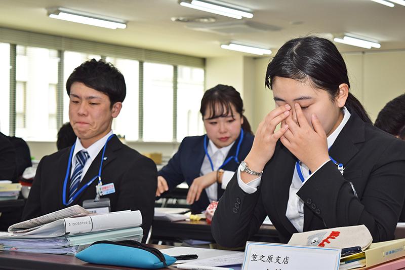 感極まって涙がこぼれる南日本銀行の新入行員(4月16日、南日本銀行第2ビル)