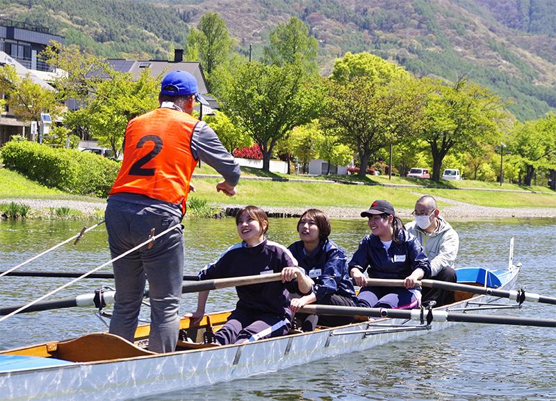 4人でチームを組み、先頭の指導者から呼吸を合わせる大切さを学ぶ諏訪信金と下諏訪町役場の新入職員(5月8日、諏訪湖)