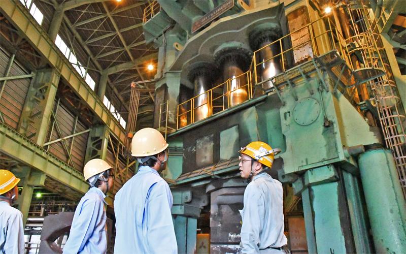 取引先の太平洋製鋼で鍛造プレス工場を見学する高島寧支店長(右から2人目、10月2日、富山市内)