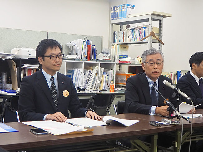 決算会見で改革案を説明する橋本頭取(右)と石田副頭取(11月8日、日本銀行大阪支店)
