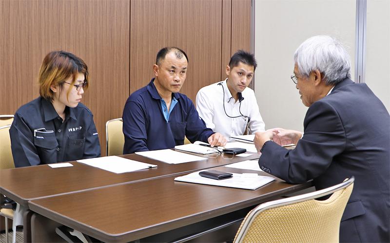 交流会の面談で真剣な表情の参加者たち(10月24日、尾西信金事務センター)