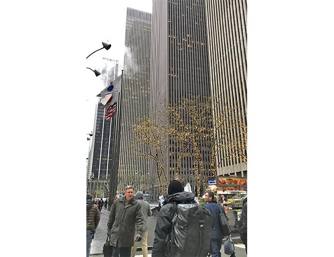 好調な個人消費を支えに景気拡大が続く米国経済(11月18日、国内外の金融機関が集まるニューヨークのミッドタウン)