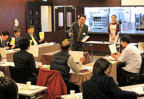 最終回のコンテストで発表者の料理に対し、審査員が妥当な価格を提示した(2月1日、広島酔心調理製菓専門学校)