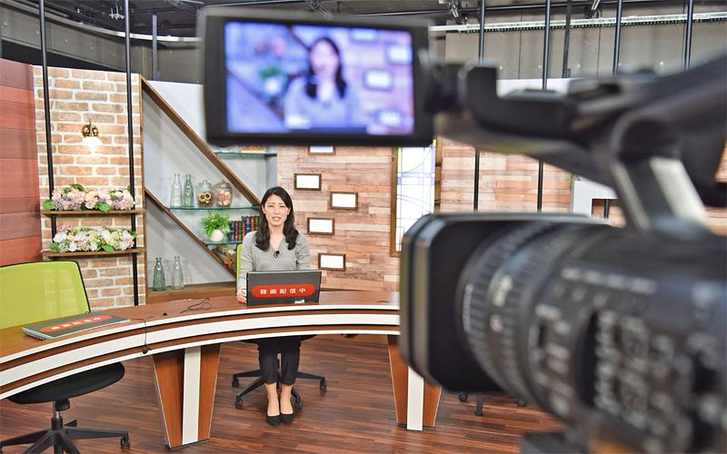 第一生命は、会社・職種説明用の動画をスタジオで収録。学生から質問の多い点を補足して説明するなど工夫(3月4日、東京都内)