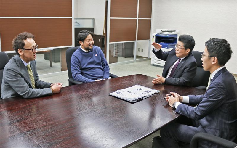 志田内海の秋田正孝社長(左)と志田崇会長(左から2人目)を訪ね、経営統合後の進ちょく状況を確認する山形尚廉支店長(同3人目)と地域創生部の担当者(3月11日、志田内海本社)