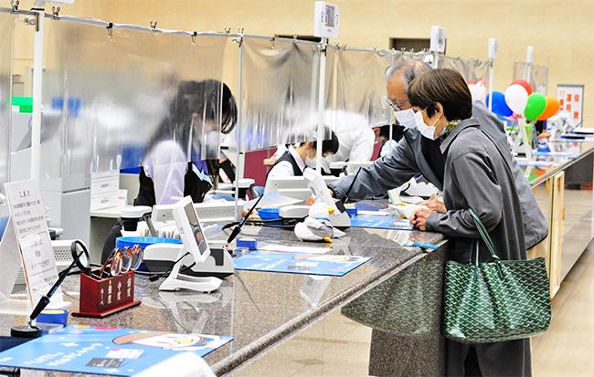 透明ビニールシートを設置する窓口(4月20日、滋賀銀行本店営業部)