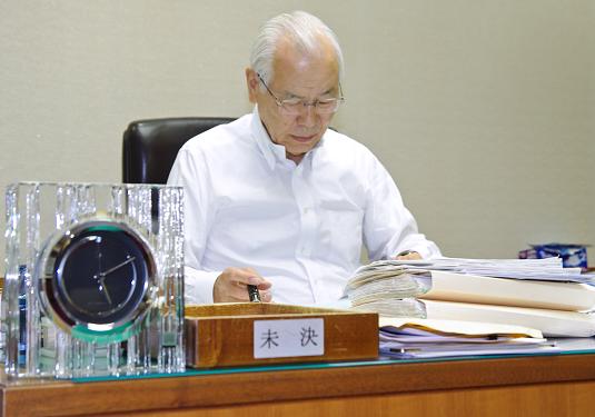 毎朝5時5分から支店長日誌などを読む山本理事長(5月13日、理事長室)