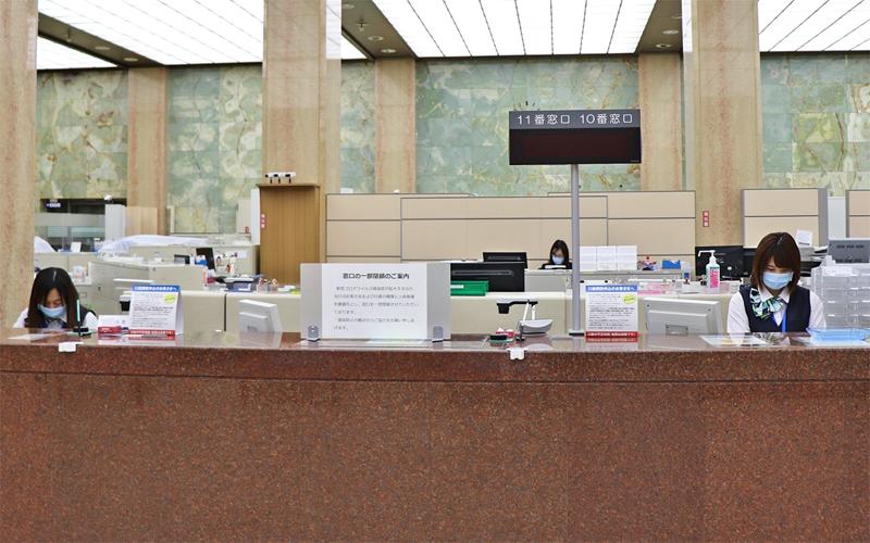 感染拡大防止策として一部窓口を閉鎖して営業している常陽銀行本店営業部