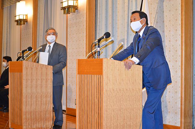 会談後に会見する麻生大臣(右)と黒田総裁(5月22日、都内)