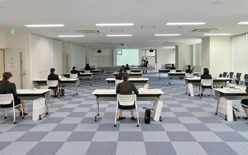 朝日信金の新人研修は小グループに分けて実施。参加者はソーシャルディスタンスを保つなど3密対策を取る(5月25日、湯島ビル研修所)