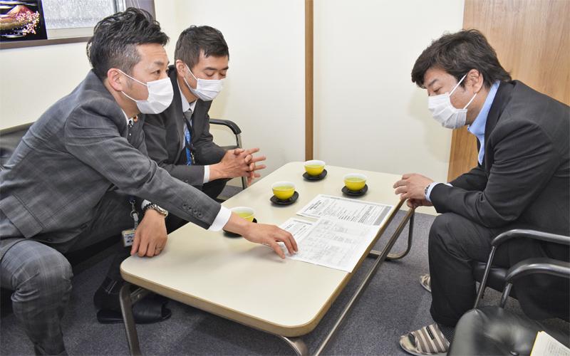 取引先企業を訪問し、制度融資や助成金などを説明する瀬戸信金職員(左、4月13日、名古屋市内)