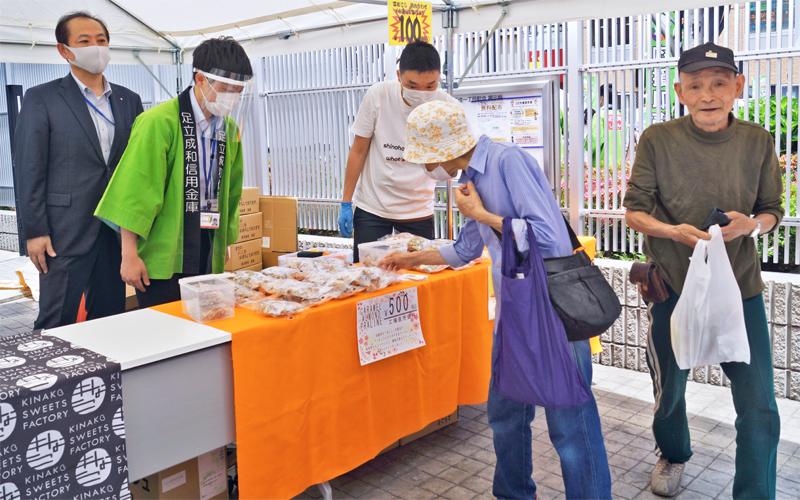 足立成和信金は、コロナ禍で苦しむ地元菓子店に売り場を開放(写真左は土屋武司理事長、足立成和信金本店敷地)