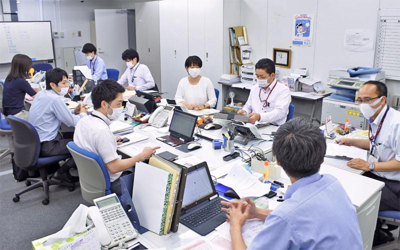 融資先のフォローについて協議する武蔵野銀行大宮支店の行員(右から3人目が小森谷賢一支店長、6月12日)