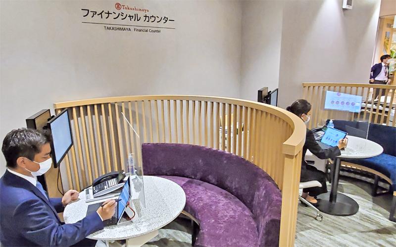 専用カウンターでは百貨店の接客経験者が金融相談に応じる(6月17日)