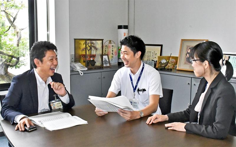 「行員が仕事を通じて何を目指したいのか」を面談でじっくり聞き出す川上貴義支店長(左)と神田晶子支店長代理(右、7月2日)<写真撮影時にマスクを外していただきました>