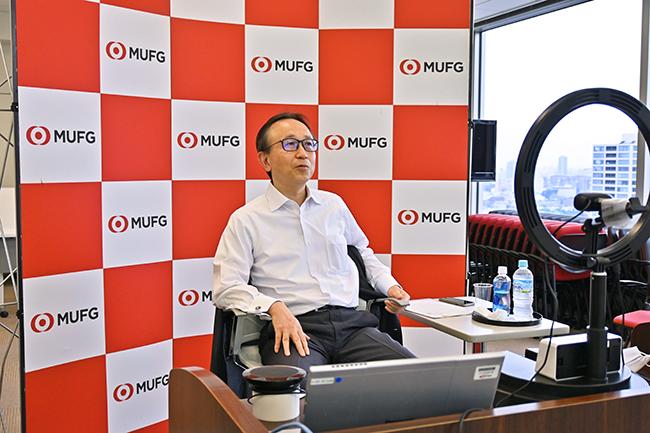 オンラインによる「タウンホールミーティング」(対話集会)を開き、社員と語らう亀澤社長(7月16日、三菱UFJリサーチ&コンサルティングの会議室から)