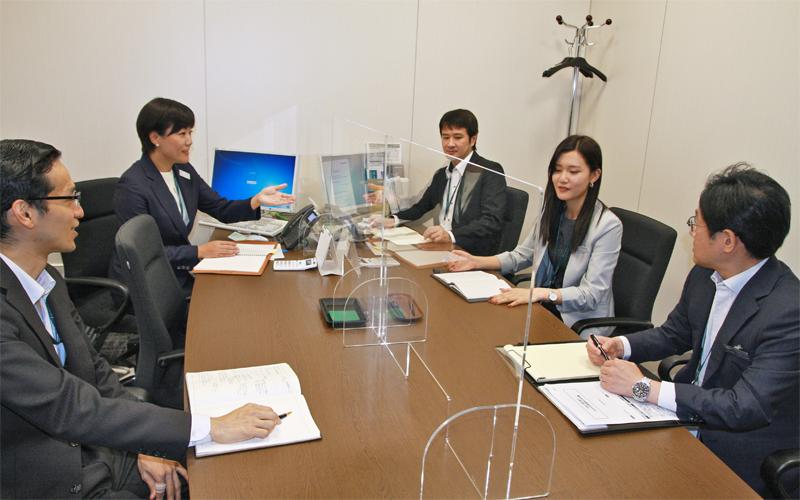 富裕層へのアプローチ手法や進捗状況を確認する森川亜左実支店長(左から2人目、7月16日)<写真撮影時にマスクを外していただきました>