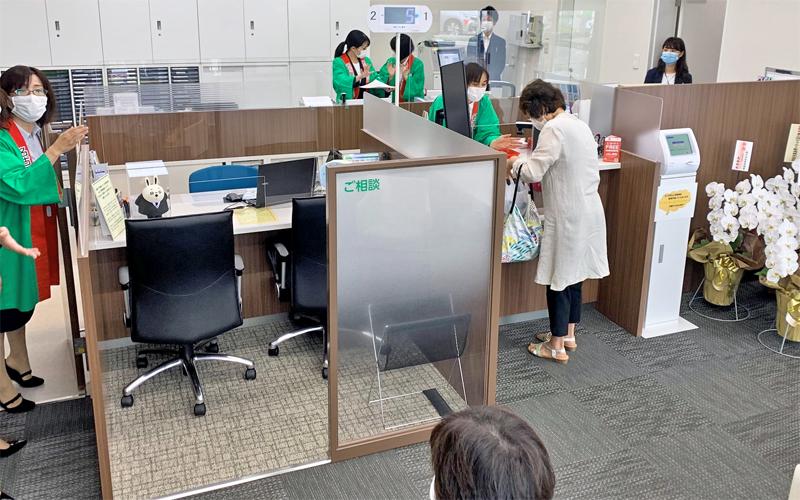 カウンターは来店客のプライバシーに配慮して独立性を確保している(7月13日、名古屋銀行豊橋ミラまち支店)