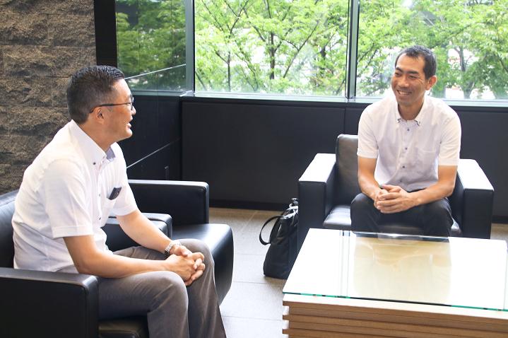 お互いの近況について報告し合う研修生OBの鈴木氏(左)と森脇氏(8月28日)
