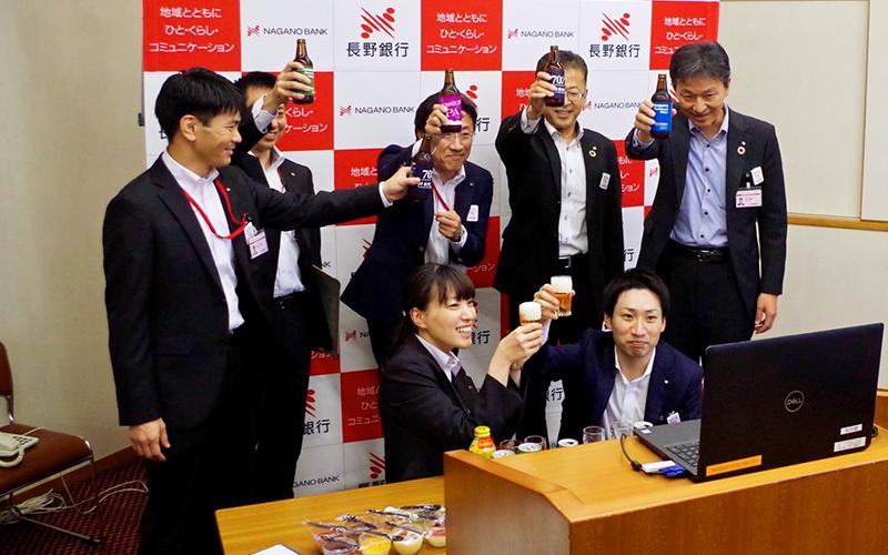 長野銀行では内定式後のオンライン懇親会で人事部の役職員がパソコンに向かって内定者と乾杯した(10月1日、本店)