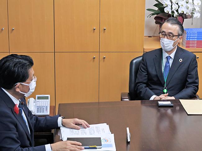 平井大臣(左)と面会する三毛会長(10月13日、内閣府)