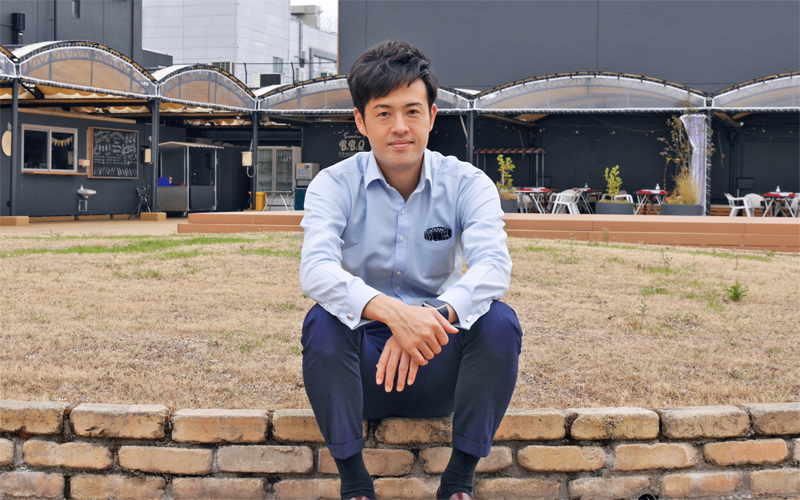 DIYによる芝生化など大丸屋上の整備を担った齋藤氏(9月16日、鳥取大丸屋上)