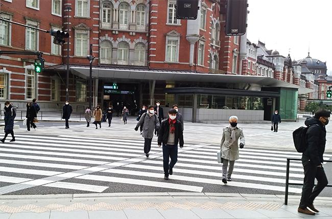 緊急事態宣言の再発令を受け、首都圏では在宅勤務を推奨する動きが広がる(1月12日8時35分ごろ、東京駅丸の内北口の通勤風景)