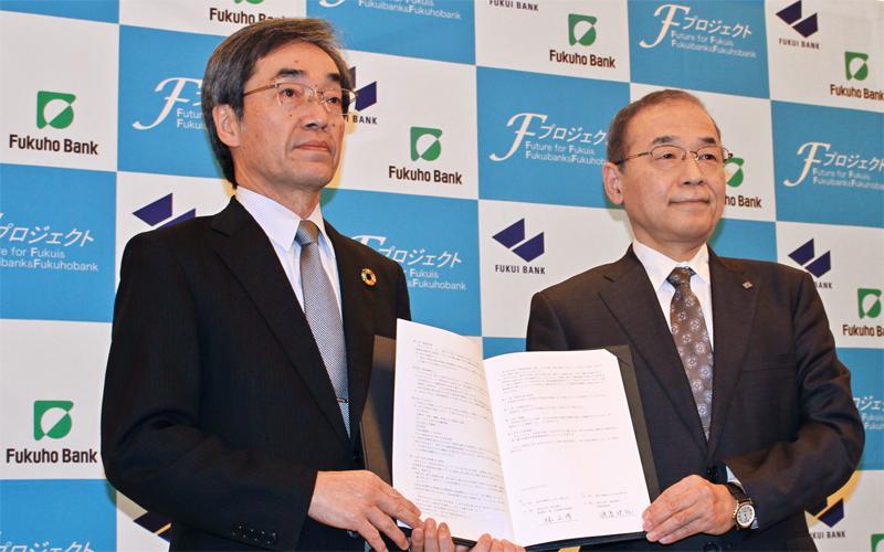 包括提携契約書にサインした林正博・福井銀行頭取(左)と渡邉建雄・福邦銀行頭取(2020年3月13日、ユアーズホテルフクイ)