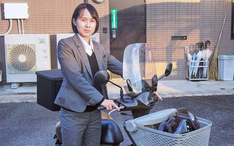 営業活動ではスクーターをフル活用する東濃信用金庫担当者(1月13日)