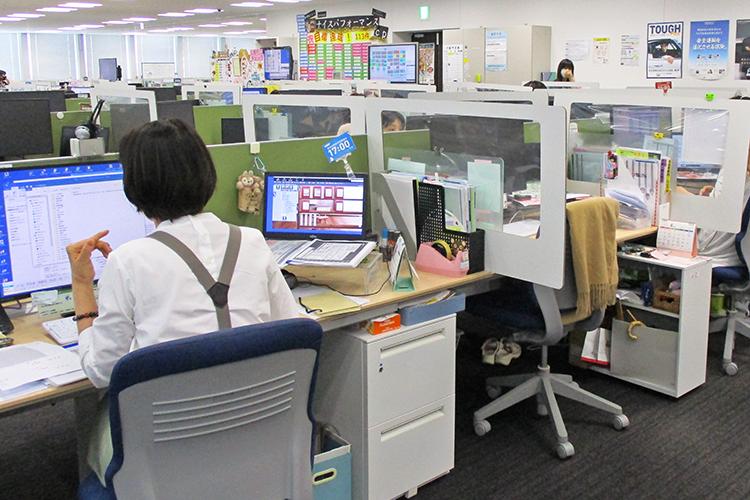 アクリルパネルを設置し、座席間隔を広げて業務するあいおいニッセイの東京カスタマーセンター(4月23日)
