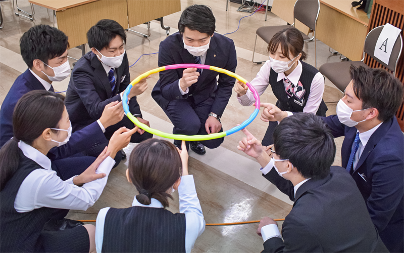 ゲーム型ワーク「ヘリウムリング」に挑戦した熊本第一信金の新入職員(4月12日、熊本第一信金本店)