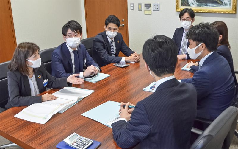小林宏州支店長(奥)は、推進方法や課題解決などを担当者同士で協議し、ボトムアップで提案してもらう(4月16日)