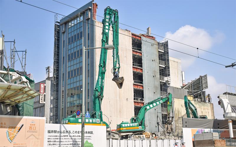 北陸新幹線の延伸に向けて福井銀行が支援している再開発地区の解体工事が進む(3月26日)