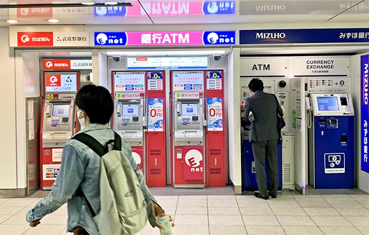 銀行間手数料の引き下げにより10月から各行の振込手数料が改定される見込み(5月26日、都内の店外ATMコーナー)