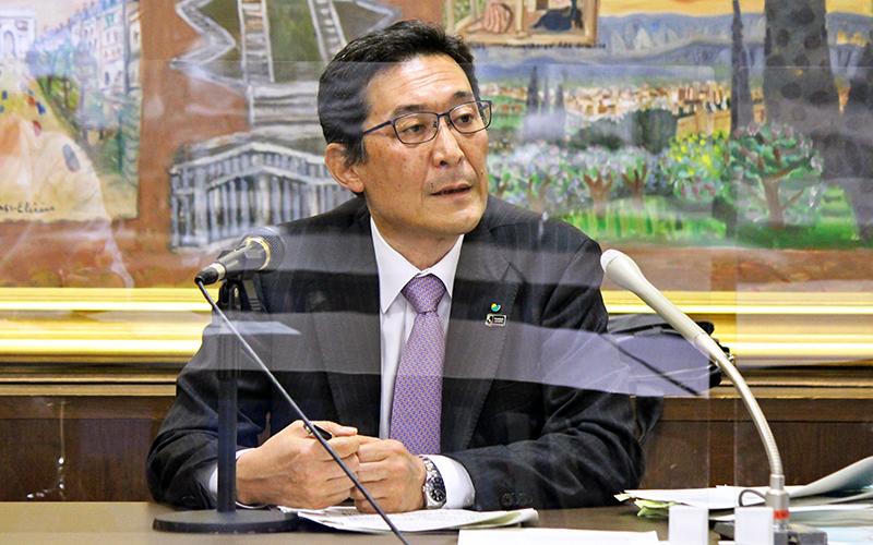 2021年度銀行窓販の見通しを説明する明治安田生命の中村常務(5月21日、生保協)