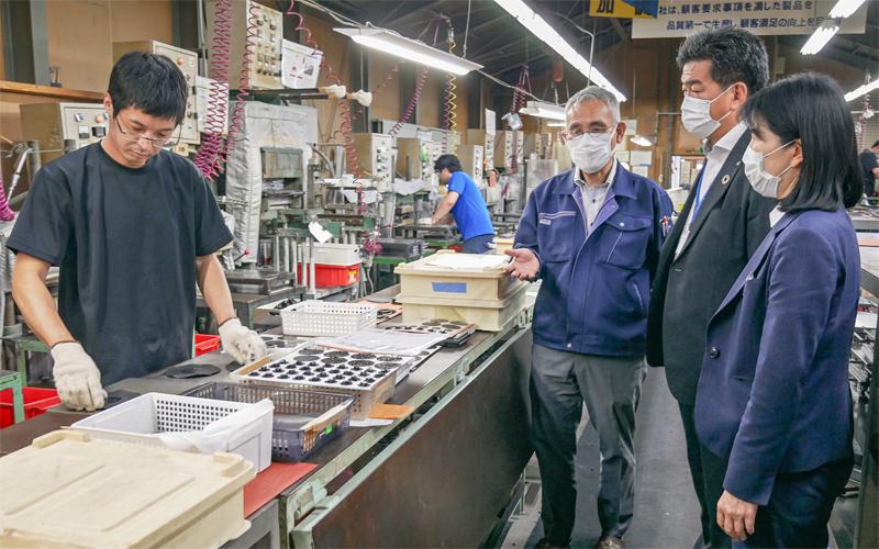ゴム部品の製造過程についてショウエーの兵藤勝義社長(中央)から説明を受ける高野努支店長(右から2人目)と高橋佳子調査役(右、6月2日、南会津町)
