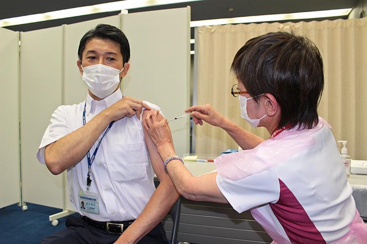 ワクチン接種を受ける阿波銀の行員(6月21日、本店事務センター)