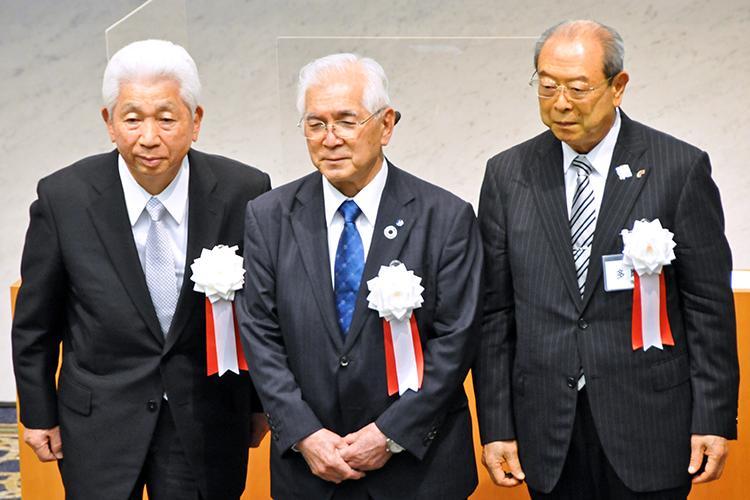 御室会長(中央)と特別功労表彰を受けた大前名誉会長(左)、佐藤前会長(6月24日、経団連会館)