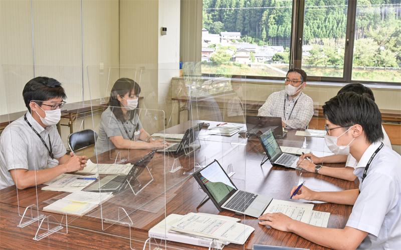 週1回開催する「預かり資産案件ミーティング」では、情報メモを基に行員同士が当事者目線で取り組み方針やヒアリング項目などについて意見交換する(7月28日)