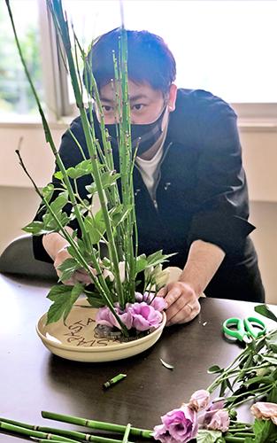 2021年9月24日号15面 広島銀行、「華道」通し価値観共有、人間力磨く「アート教育」